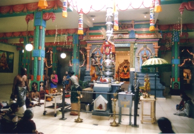 Im Sri Kamadchi Ampal-Tempel in Hamm-Uentrop, Puja durch Hauptpriester Paskaran Kurukkal am neu installierten Fahnenmast, Tempeljahresfest im Juni 2003. Foto: M. Baumann