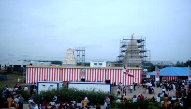 Der Sri Kamadchi Ampal Tempel in Hamm-Uentrop am Tag der Einweihung und Eröffnung, Südseite; rechts im Hintergrund das Zeremonialzelt, in dem die rituellen Handlungen von den 14 Priestern durchgeführt wurden, 07.07.2002. Foto: M. Baumann